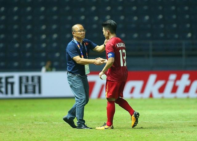 Thầy Park động viên, bắt tay từng cầu thủ U23 Việt Nam sau trận hoà Jordan - 8