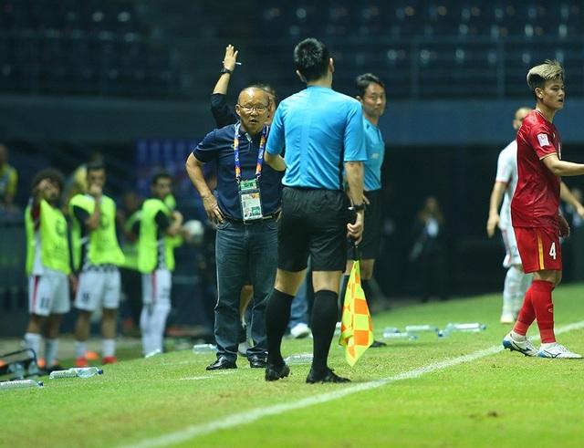 HLV Park Hang Seo nổi cáu với trọng tài vì mất quả ném biên - 7