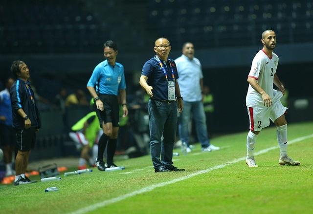 HLV Park Hang Seo nổi cáu với trọng tài vì mất quả ném biên - 2