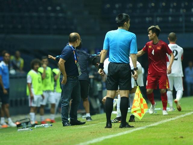 HLV Park Hang Seo nổi cáu với trọng tài vì mất quả ném biên - 4