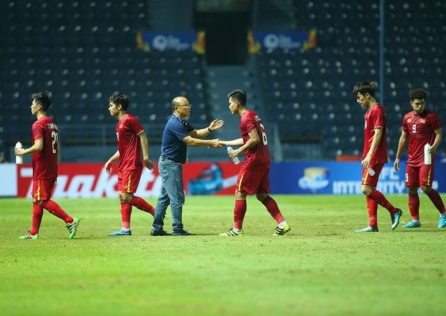 Thầy Park động viên, bắt tay từng cầu thủ U23 Việt Nam sau trận hoà Jordan - 2