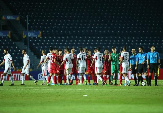 Không thắng được U23 Việt Nam, cầu thủ U23 Jordan đổ gục xuống sân - 1
