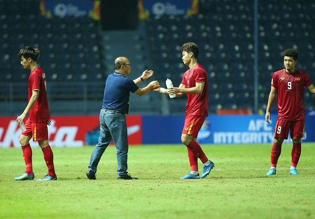 Thầy Park động viên, bắt tay từng cầu thủ U23 Việt Nam sau trận hoà Jordan - 3