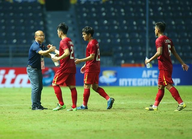 Thầy Park động viên, bắt tay từng cầu thủ U23 Việt Nam sau trận hoà Jordan - 4