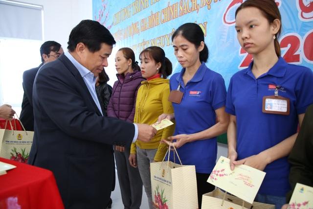 Bộ trưởng Bộ Kế hoạch - Đầu tư tặng quà, động viên người lao động nhân dịp Xuân về - 2