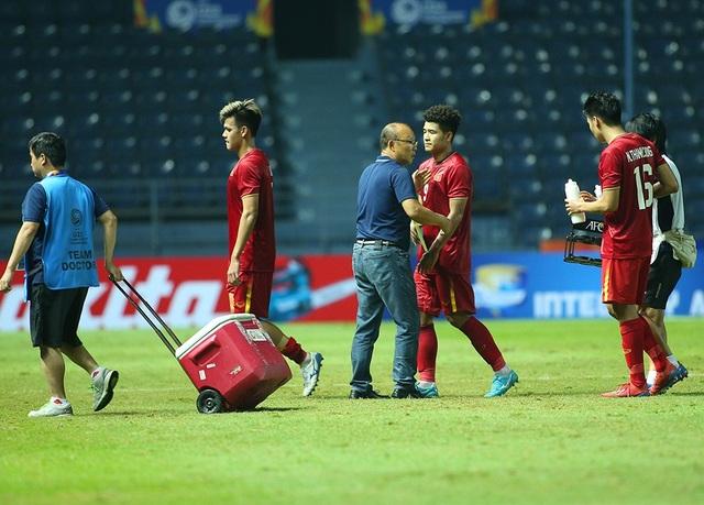 Thầy Park động viên, bắt tay từng cầu thủ U23 Việt Nam sau trận hoà Jordan - 5