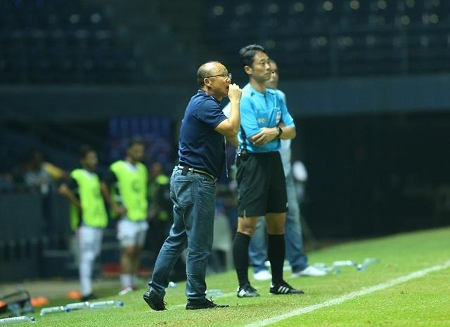 HLV Park Hang Seo nổi cáu với trọng tài vì mất quả ném biên - 1