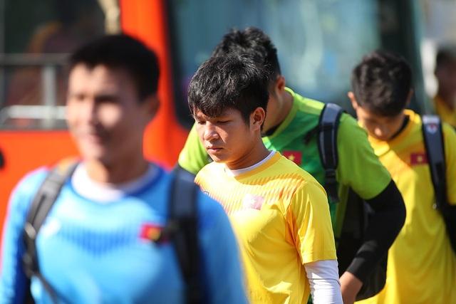 Cầu thủ U23 Việt Nam lộ vẻ mặt buồn bã trước giờ rời Buriram - 2