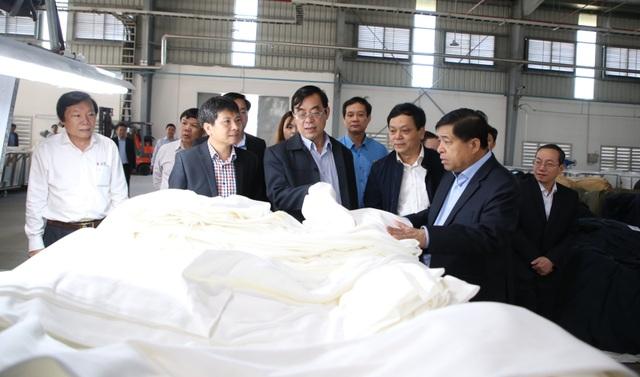 Bộ trưởng Bộ Kế hoạch - Đầu tư tặng quà, động viên người lao động nhân dịp Xuân về - 1