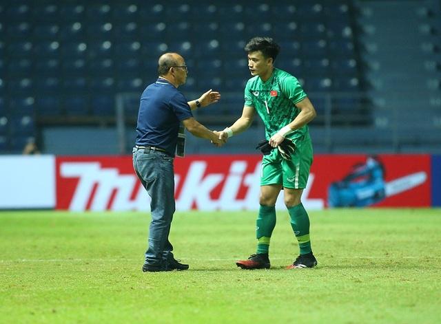 Thầy Park động viên, bắt tay từng cầu thủ U23 Việt Nam sau trận hoà Jordan - 7