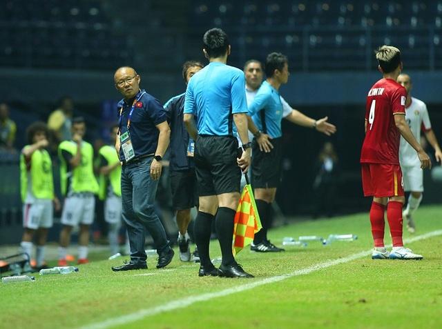 HLV Park Hang Seo nổi cáu với trọng tài vì mất quả ném biên - 3