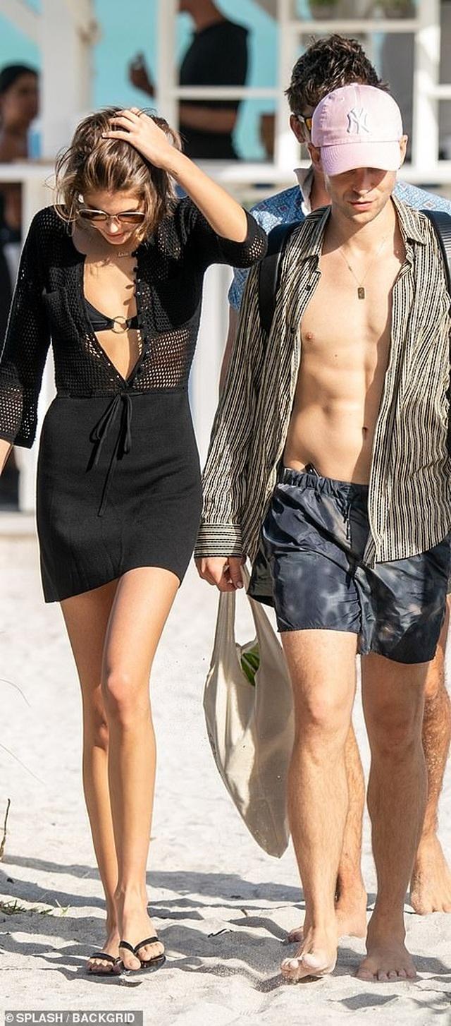 Kaia Gerber quyến rũ với áo tắm - 6