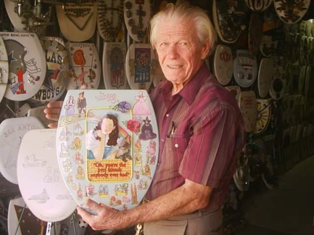 Người đàn ông dành cả đời sưu tập và vẽ 1.400 nắp bồn cầu nghệ thuật - 1
