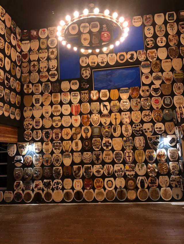 Người đàn ông dành cả đời sưu tập và vẽ 1.400 nắp bồn cầu nghệ thuật - 3