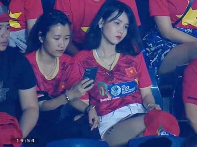 """Cô gái gây """"bão"""" mạng khi xuất hiện trên khán đài trận U23 Việt Nam - Jordan - 1"""