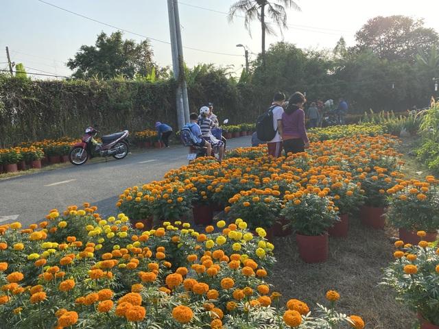 Hàng trăm người giúp đỡ người chồng mất vợ trên đường đi bán hoa Tết - 3
