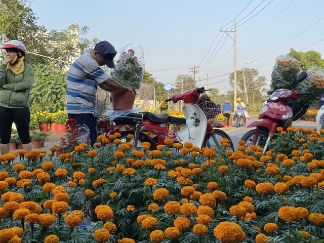 Hàng trăm người giúp đỡ người chồng mất vợ trên đường đi bán hoa Tết - 4
