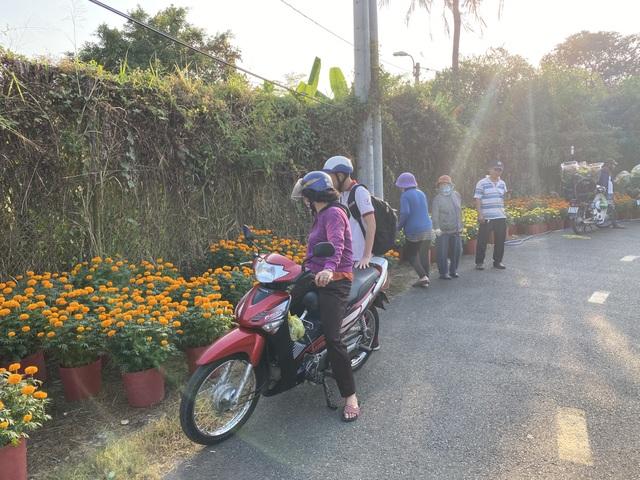 Hàng trăm người giúp đỡ người chồng mất vợ trên đường đi bán hoa Tết - 2