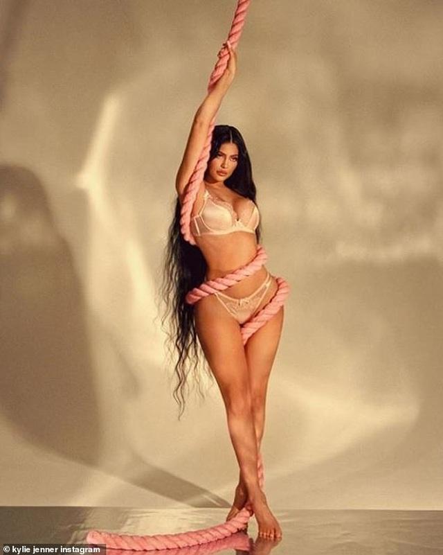 Kylie Jenner liên tục tung ảnh gợi cảm - 3