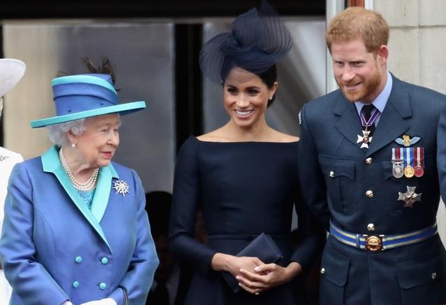 Nữ hoàng Anh bật đèn xanh để vợ chồng Hoàng tử Harry rút khỏi vai trò hoàng gia - 1