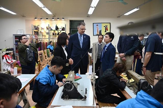 Đại sứ Mỹ thăm các cựu chiến binh, trẻ khuyết tật ở ngôi làng đặc biệt - 6