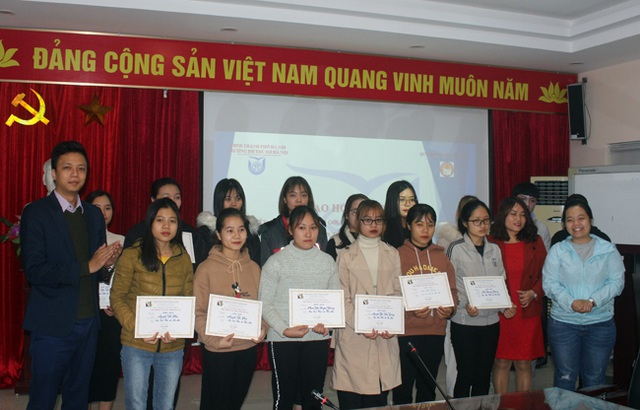 35 sinh viên nghèo vượt khó trường ĐH Thủ Đô Hà Nội nhận học bổng - 2