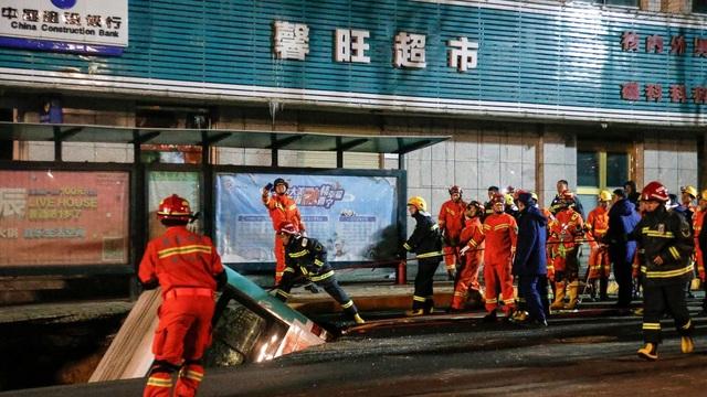 """Trung Quốc: """"Hố tử thần"""" nuốt chửng xe buýt, ít nhất 6 người chết - 1"""