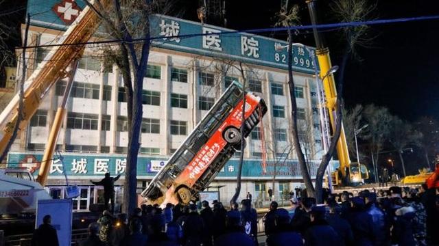 """Trung Quốc: """"Hố tử thần"""" nuốt chửng xe buýt, ít nhất 6 người chết - 2"""