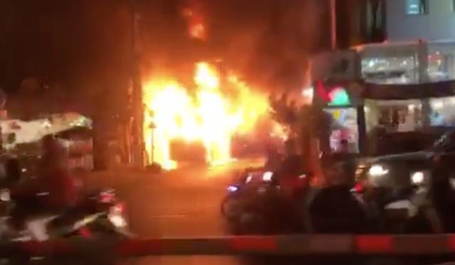 Xe khách giường nằm cháy ngùn ngụt trong đêm - 1
