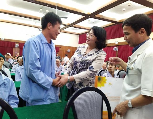 100 người nhận được quà Tết bất ngờ từ Phó Chủ tịch nước - 1