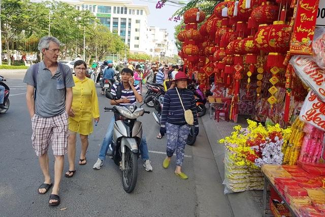 Nha Trang ngập tràn sắc xuân, du khách háo hức dạo phố đèn lồng - 8