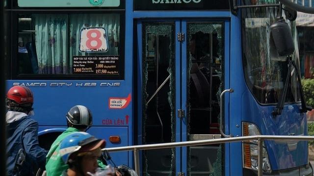 Khởi tố bị can, truy nã các đối tượng trong vụ đập phá xe buýt ở Sài Gòn - 2