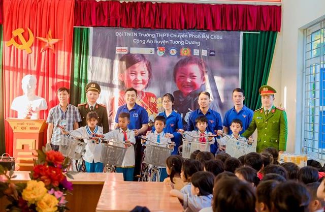 Học sinh trường Phan tặng quà Tết cho bản nghèo - 3