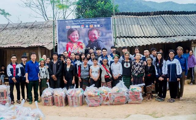 Học sinh trường Phan tặng quà Tết cho bản nghèo - 4