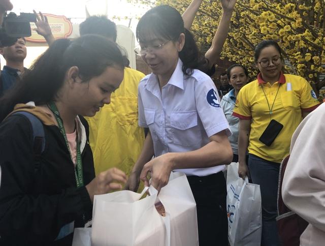 Hàng nghìn sinh viên tại TPHCM về quê đón Tết trên những chuyến xe nghĩa tình - 4