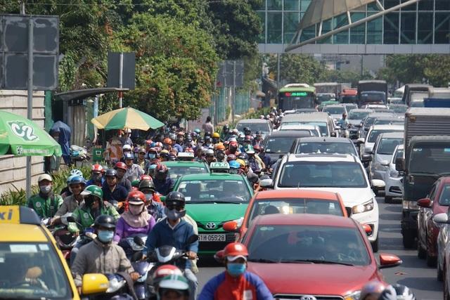 TPHCM ngừng hoạt động xe khách, taxi... từ 1/4 - 1