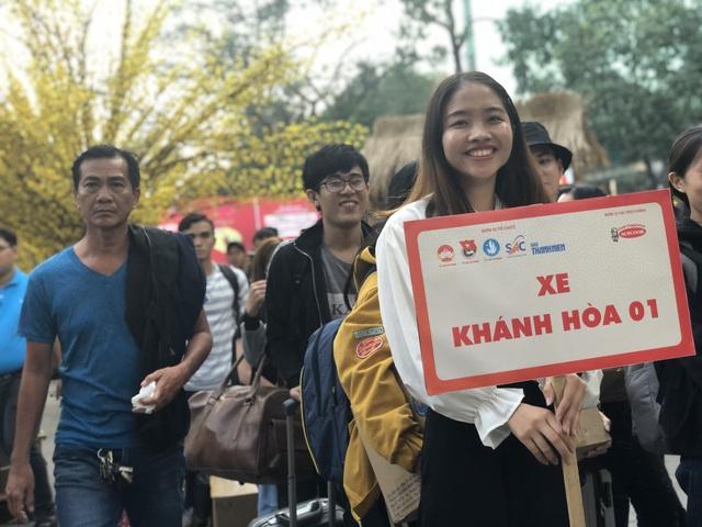 Hàng nghìn sinh viên tại TPHCM về quê đón Tết trên những chuyến xe nghĩa tình - 2