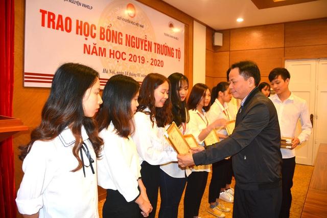 20 sinh viên tiêu biểu tiếp tục nhận học bổng Nguyễn Trường Tộ - 2