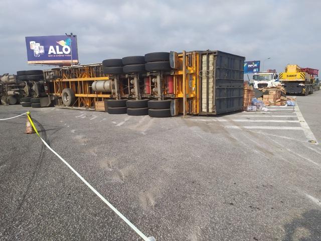 Lật xe container, gần 20 tấn hoa quả đổ tràn ra đường - 1