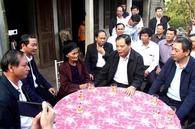 Bộ trưởng Bộ Nông nghiệp trồng cây ăn quả tại nhà cụ bà xin thoát nghèo - 1