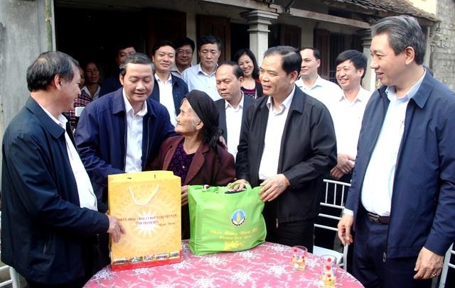 Bộ trưởng Bộ Nông nghiệp trồng cây ăn quả tại nhà cụ bà xin thoát nghèo - 2