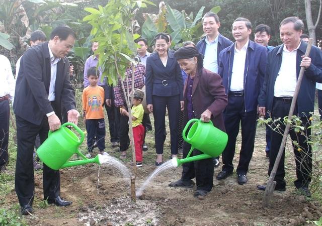 Bộ trưởng Bộ Nông nghiệp trồng cây ăn quả tại nhà cụ bà xin thoát nghèo - 3