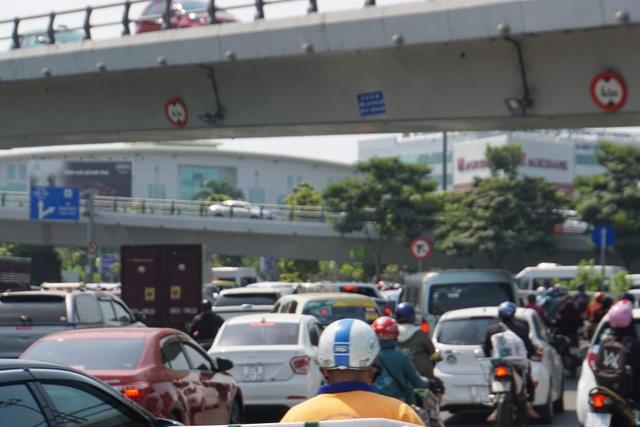Gần 4 triệu lượt khách qua Tân Sơn Nhất dịp Tết, giao thông bắt đầu căng thẳng - 5