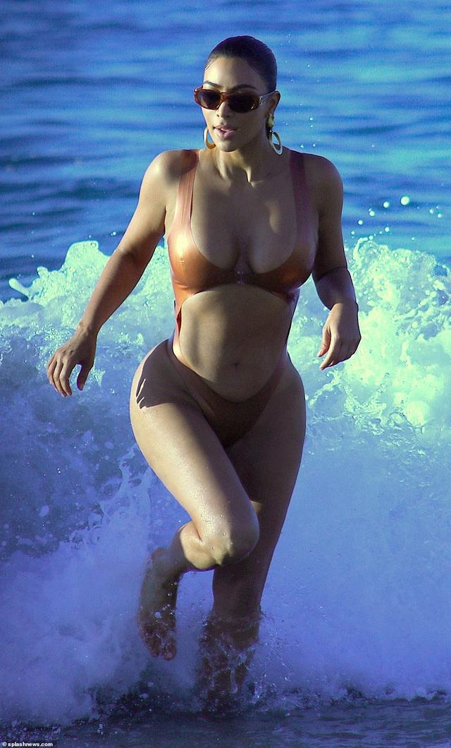Cô Kim siêu vòng ba tái xuất với áo tắm gợi cảm - 3