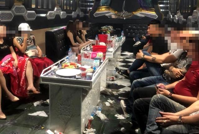 """20 thanh niên nam nữ """"mở tiệc"""" ma túy trong quán karaoke - 1"""