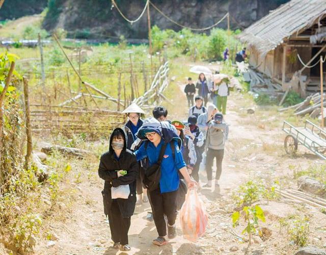 Học sinh trường Phan tặng quà Tết cho bản nghèo - 1