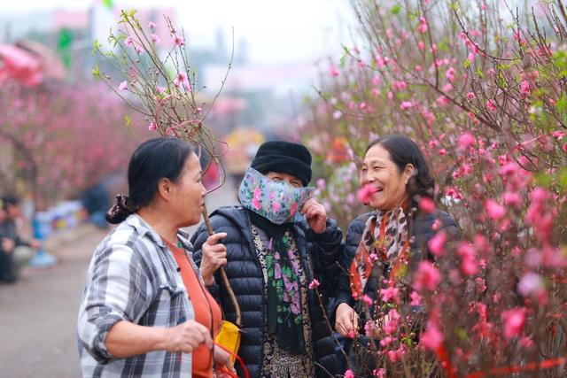 Đào Nhật Tân bung nở nhuộm đỏ rực chợ hoa lớn nhất ở Hà Nội - 5