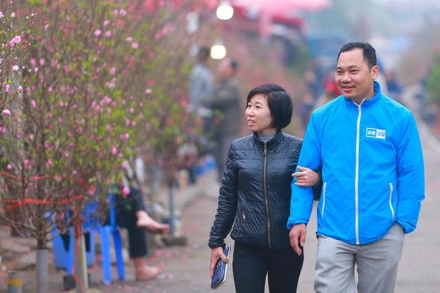 Đào Nhật Tân bung nở nhuộm đỏ rực chợ hoa lớn nhất ở Hà Nội - 7
