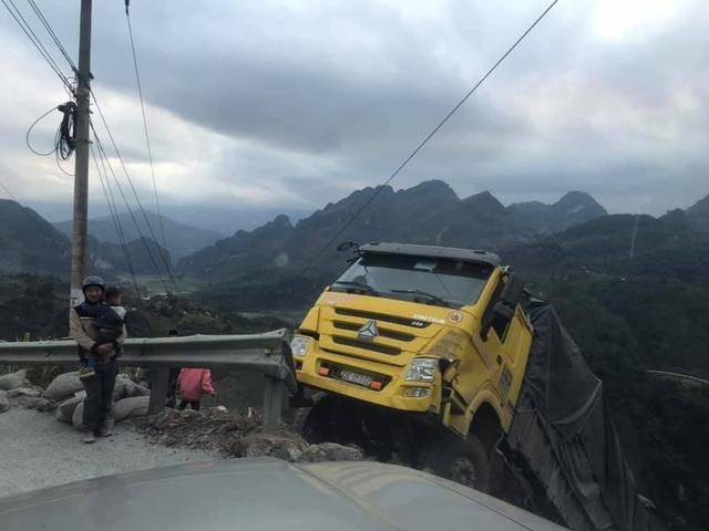 Kinh hoàng khoảnh khắc xe tải mất đà khi lên đèo, rơi tự do xuống vách núi - 1