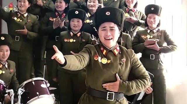 Nữ quân nhân Triều Tiên bật khóc khi trình diễn trước ông Kim Jong-un - 1